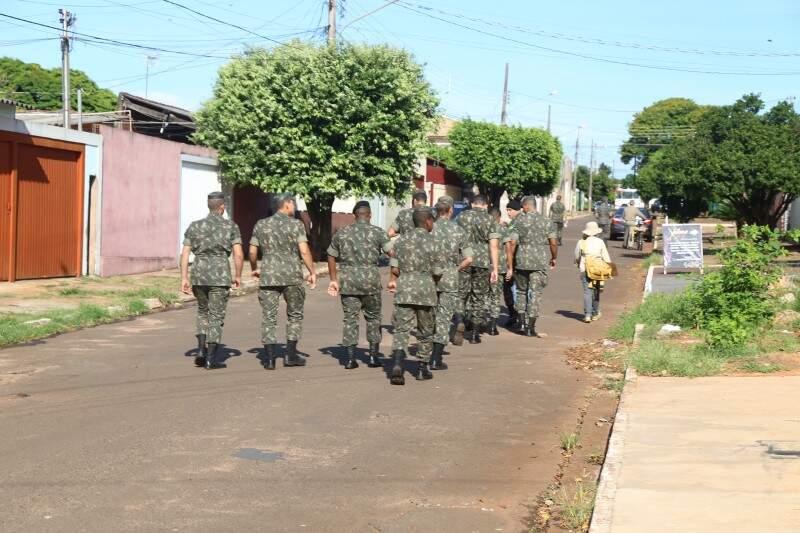 Exército atua desde terça-feira (16), no combate à dengue no Bairro Guanandi, onde também foi encontrado morcego com vírus da raiva. (Foto: Fernando Antunes)
