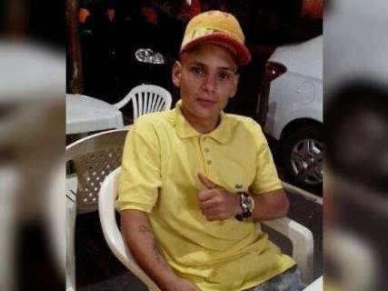 Colisão entre moto e caminhonete mata jovem de 22 anos durante chuva