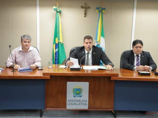 Polidoro, Contar e Oshiro em reunião sobre projeto de lei. (Foto: ALMS)