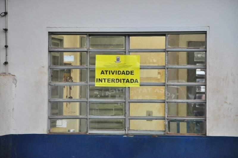 Cartaz expressa a interdição do curtume (Foto: João Carrigó)