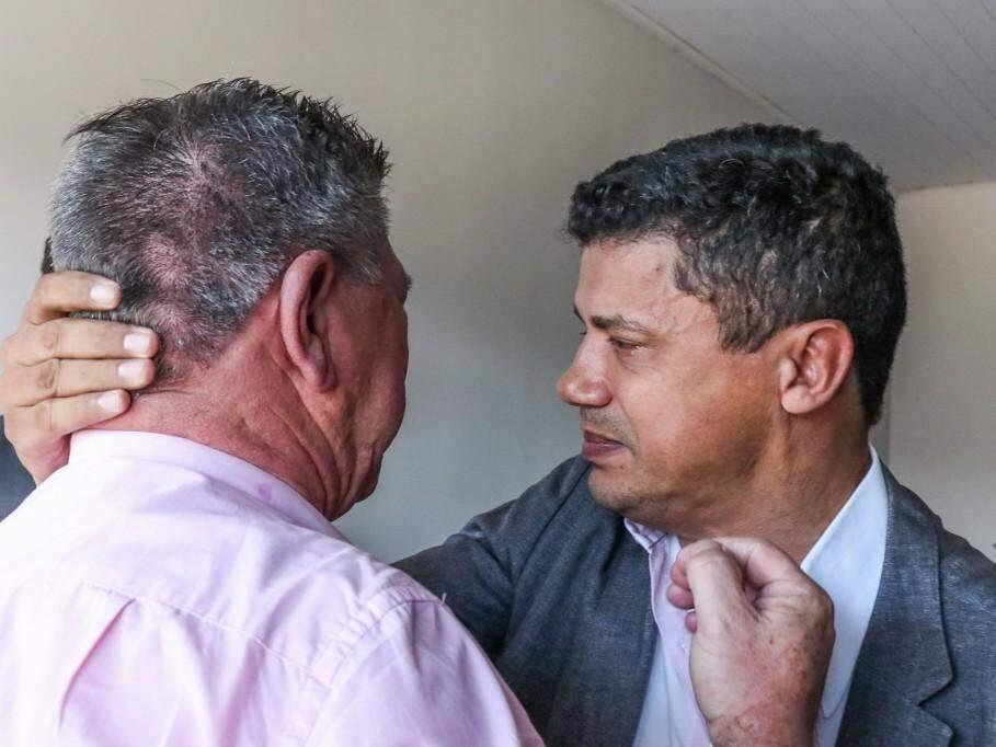 Capitão Xavier e empresário se abraçaram e choraram juntos na sede da Garras na sexta-feira (Foto: Henrique Kawaminami)