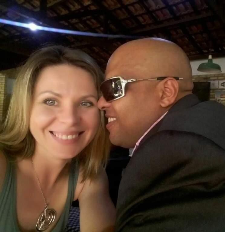 Com o atual marido, o músico aquidauanense criado em Corumbá, Leonardo Bugalu (Foto: Arquivo pessoal)