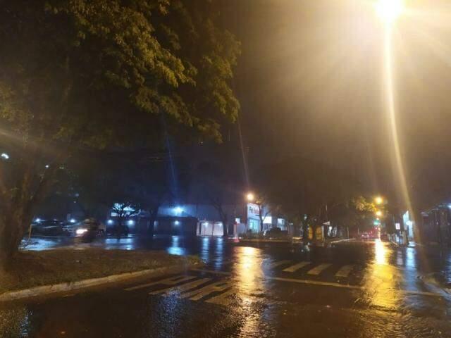 Uma das avenidas de Dourados, durante a chuva da noite desta quarta-feira (13). (Foto: Helio de Freitas)
