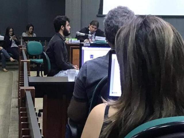 De camisa preta, Samuel Acosta Gomes, de 21 anos, conta sobre dia que foi espancado (Foto: Kerolyn Araújo)