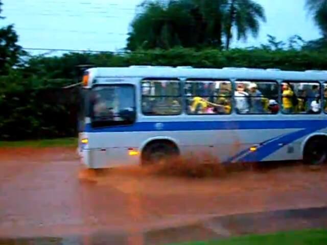 Leitor registra rua transformada em rio por conta de chuva deste domingo