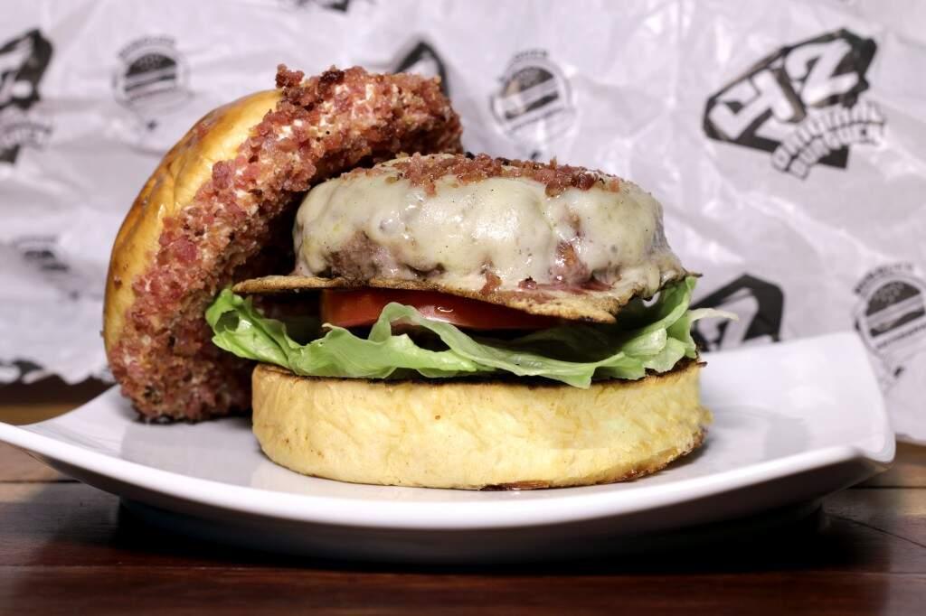 Hambúrguer de ponta de costela com salame moído no 42 Original Burger. (Foto: Divulgação)