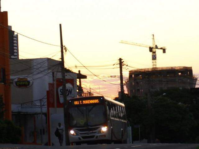 O dia amanheceu com céu claro em Campo Grande e não há previsão de chuva na cidade  (Foto: Saul Schramm)