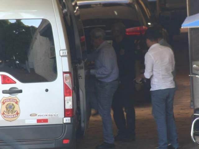Ex-governador subindo na van da PF enquanto era transferido nesta terça-feira (Foto: Marcos Ermínio)