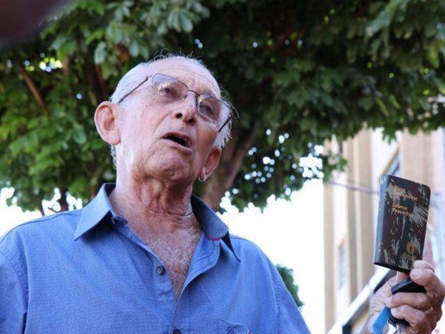 José é aposentado e há cinco anos entrega bíblia pela cidade. (Foto: Henrique Kawaminami)