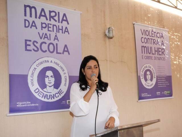 Subsecretária da Mulher, Luciana Azambuja, durante evento do Agosto Lilás (Foto: Edemir Rodrigues - Governo MS)