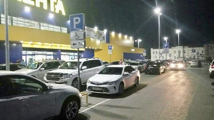 Vagas ocupadas em estacionamento de estabelecimento comercial, mas a maioria dos veículos não era de deficientes