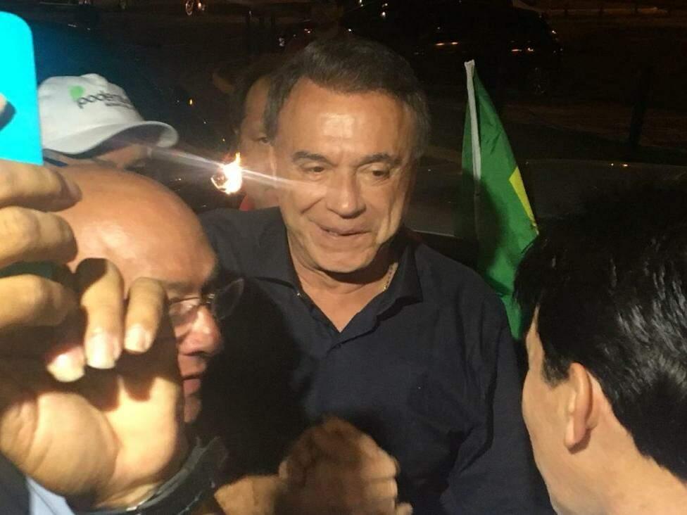 Candidato durante a recepção no aeroporto de Campo Grande. (Foto: Guilherme Henri/Arquivo).
