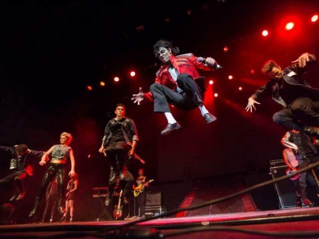 O show traz elementos que compunham a produção do rei do pop com uma superbanda ao vivo, bailarinos, efeitos pirotécnicos e especiais.