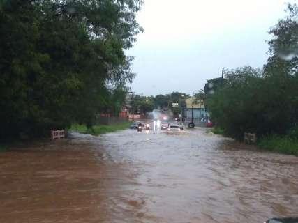 Debaixo d'água, entrada de Bonito é bloqueada para carros de passeio