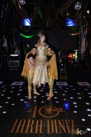 Iara tinha trono e até eunucos para carregá-la pela festa. (Foto: Marcos Volkopf)