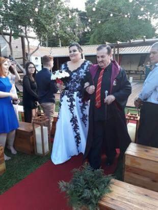 Pai da noiva entrou de capa.