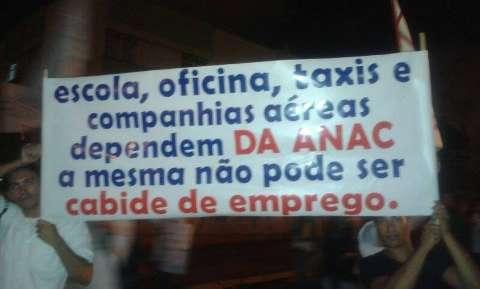 No protesto, 20 pilotos da Capital pedem mudanças na aviação civil
