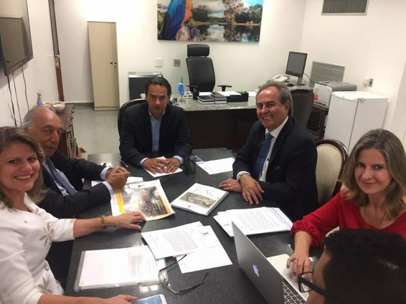 Comitiva da prefeitura no gabinete do senador Pedro Chaves; ao lado esquerdo do prefeito está o parlamentar e à direita o secretário de Governo Antônio Lacerda (Foto: Facebook/Reprodução)