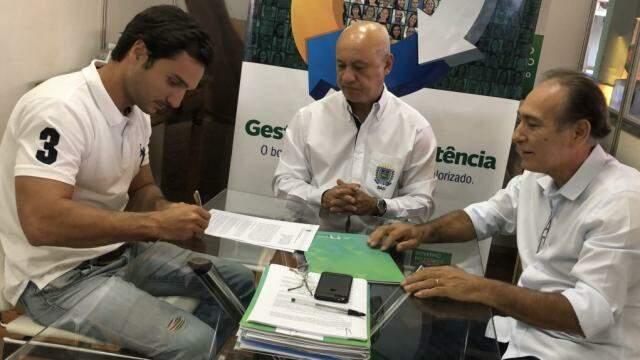 Assinatura de termo de acordo entre governo e rede de academias (Foto: Divulgação)