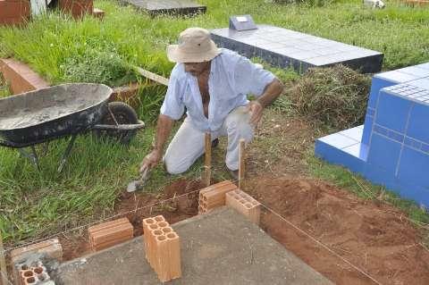 Cemitérios são tomados pelo mato e trabalho de limpeza é lento