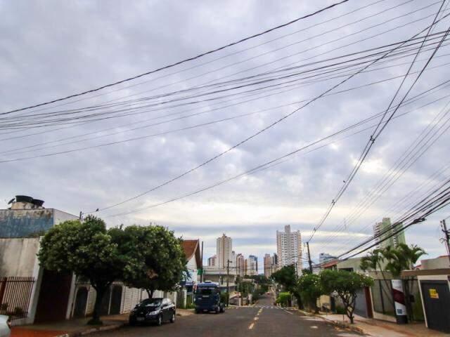 Céu começa a terça-feira com muitas nuvens em Campo Grande, dia tem previsão de temporais. (Foto: André Bittar)