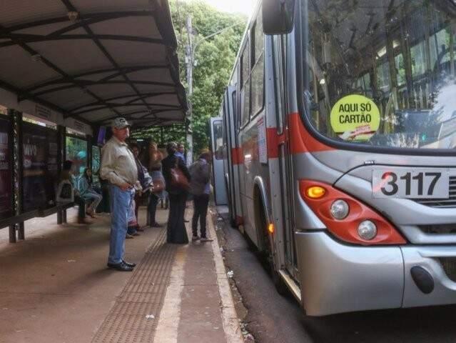 Passageiros aguardam ônibus em ponto no Centro da cidade. Serviço funciona normalmente nesta sexta-feira. (Foto: Arquivo)