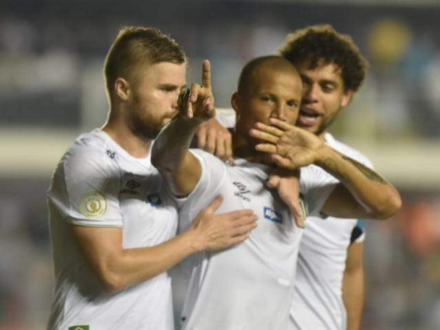 Carlos Sánchez comemora e aponta para torcida na comemoração com os companheiros (Foto: Santos FC/Divulgação)