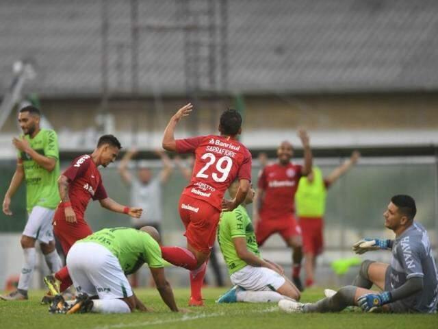 Sarrafiore celebra gol que garantiu a vitória do Colorado (Foto: SC Internacional/Divulgação)