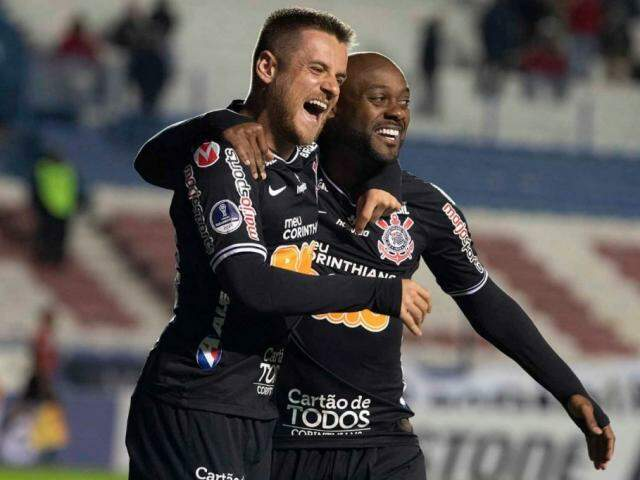 Vagner Love comemorando os seus gols na partida. (Foto: Divulgação/Corinthians)