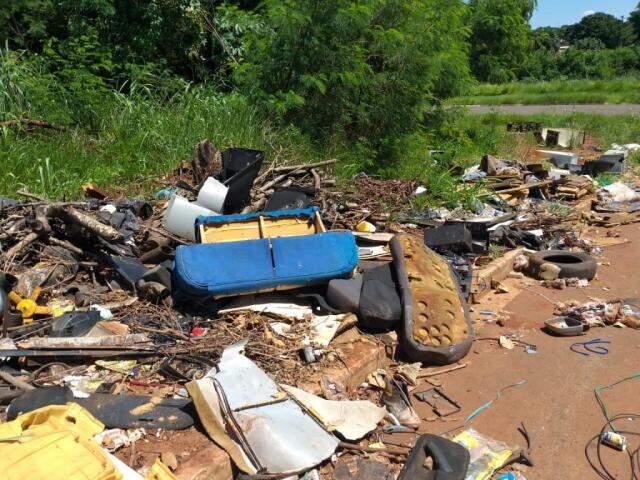Sofá, lixo doméstico e fiação são encontrados na calçada. (Foto: Direto das Ruas)