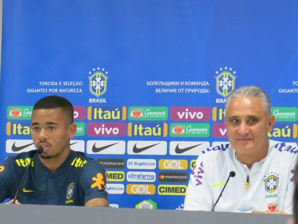 O atacante Gabriel Jesus ao lado do técnico Tite na entrevista coletiva deste sábado em Liverpool, na Inglaterra (Foto: Divulgação)