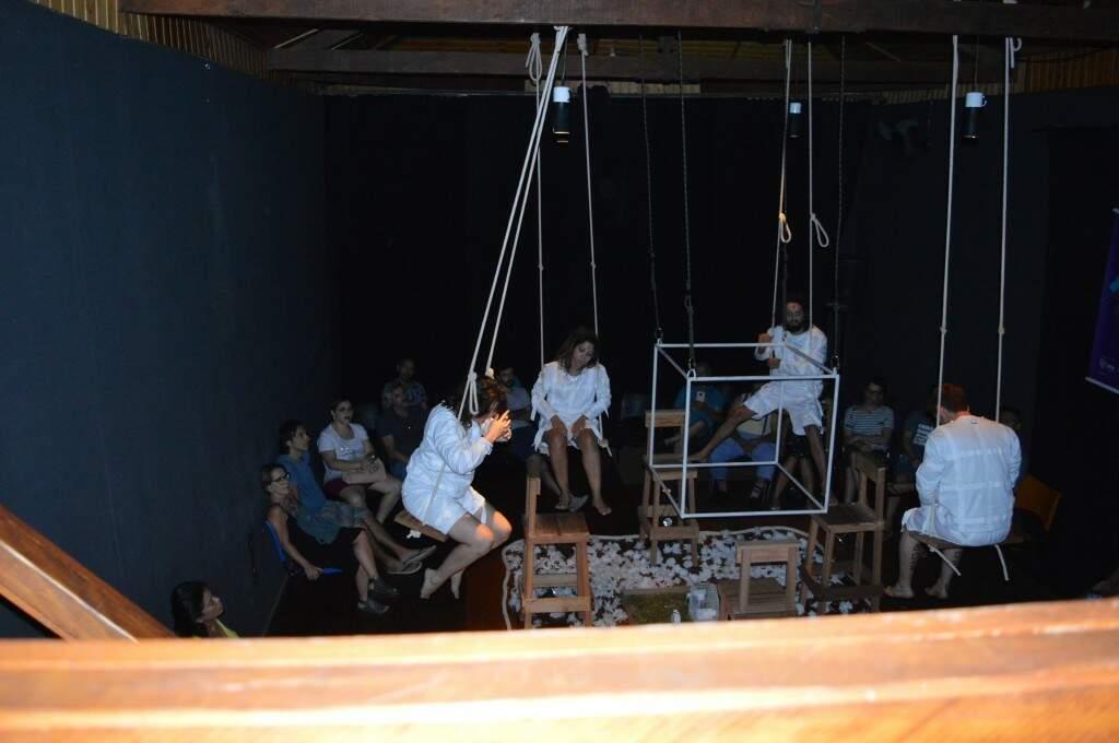 Os atores se balançaram e atuaram (Foto: Alana Portela)