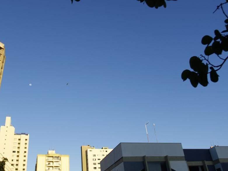 Em Campo Grande, o dia amanheceu com céu azul de brigadeiro (Foto: Saul Schramm)