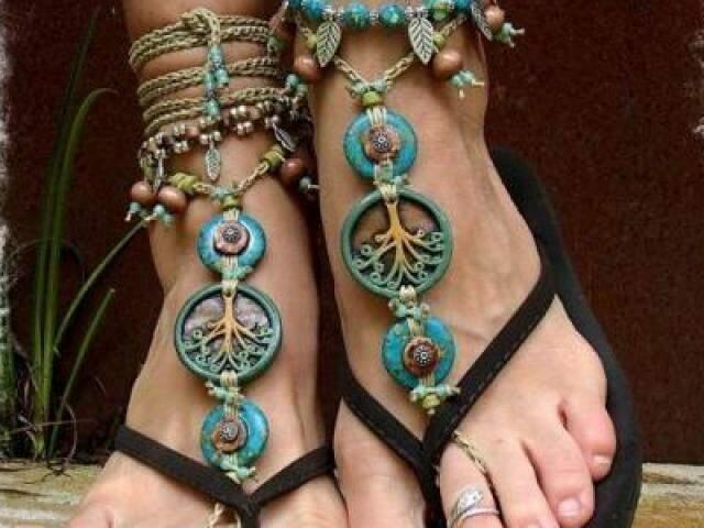 Um chinelinho básico e uma barefoot sandals para deixar a produção no estilo boho.