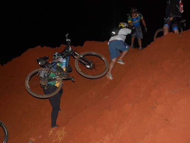 Algumas partes exigiam cooperação e a suspensão da bicicleta para continuar a aventura