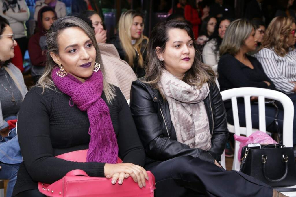 A conselheira tutelar Janaine à esquerda ao lado da professora Tabata (Foto: Kisie Ainoã)