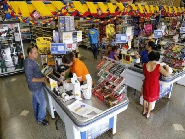 Movimentação em supermercado de Campo Grande; preços dos produtos variam com a inflação (Foto: Arquivo)