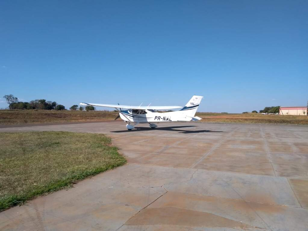 Aeronave roubada na terça-feira pousou no aeroporto de Paranaíba nesta quinta-feira (Foto: Igor Lopes/ Porta Destak Agora)