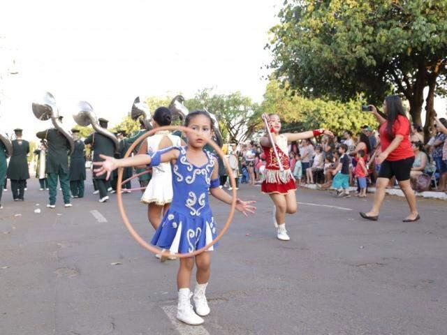 Crianças desfilaram na Avenida Marinho (Foto: Kisie Ainiã)