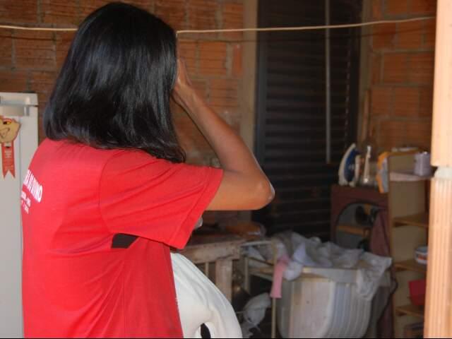 Dependente química com a filha de três meses no colo. (Foto: Viviane Oliveira)
