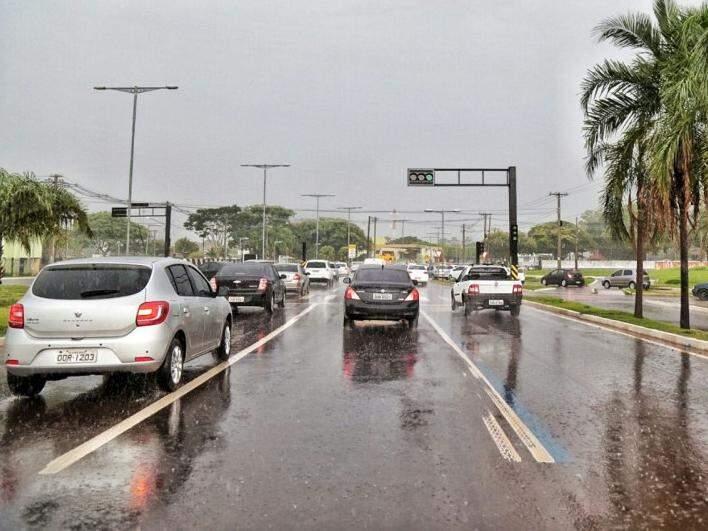 Chuva na tarde desta quarta-feira na avenida Duque de Caxias (Foto: Fernando Antunes)