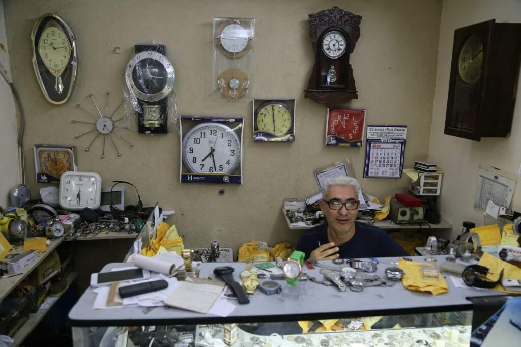 Do lado direito, o relógio de madeira tem mais de 100 anos e foi esquecido na relojoaria. (Foto: Alcides Neto)