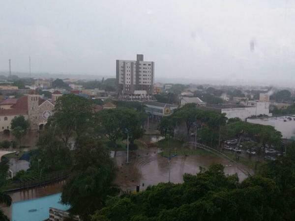 Chuva desta tarde amenizou calor dos últimos dias (Foto: Direto das Ruas)