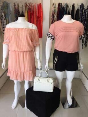 Vestido teve preço reduzido de R$ R$ 279,00 para R$ 139,00. Bolsa off white teve o preço reduzido para R$ 149,00