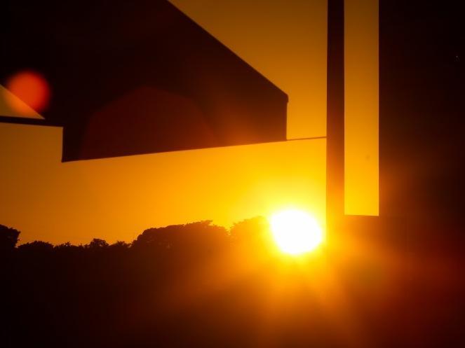 Sol nascendo em Campo Grande já mostra que o dia será quente com temperatura em torno do 32ºC na Capital (Foto: André Bittar)