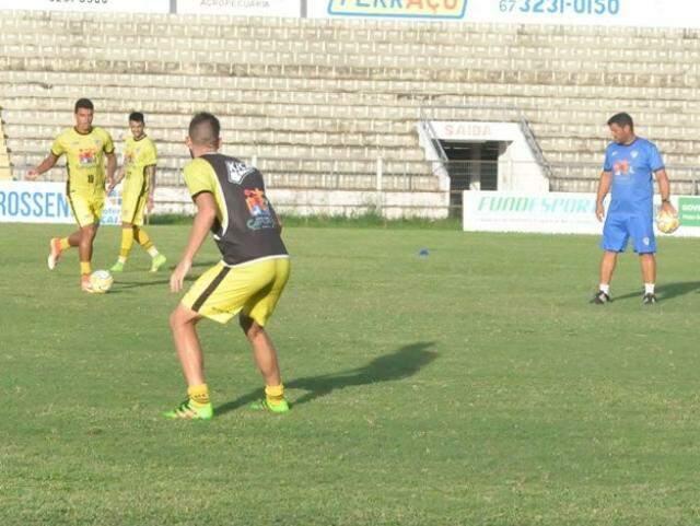 Técnico observa treino da equipe na preparação para a final do Estadual (Foto: Corumbaense/Divulgação)