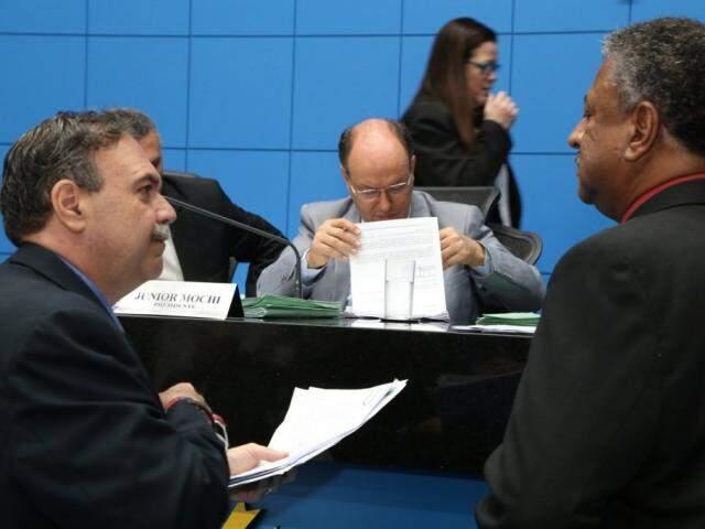 Deputados Paulo Siufi (MDB), autor do projeto, Junior Mochi (MDB) e João Grandão (PT), durante sessão (Foto: Victor Chileno/ALMS)