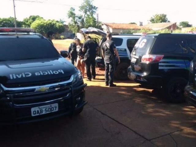 Equipes policiais cumprindo mandados de prisão em Três Lagoas (Foto: André Barbosa/JP News)