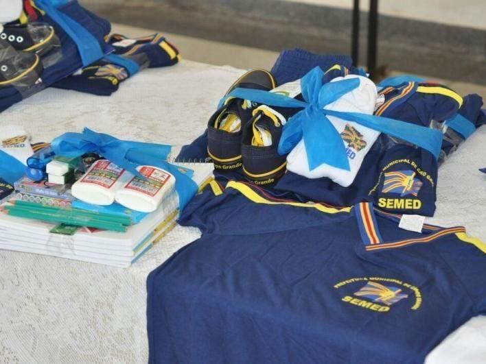 Kits e uniformes distribuídos para alunos da Reme em abril de 2015 (Foto: Arquivo)