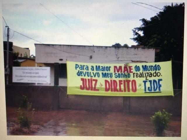 O juiz fez um banner agradecendo a primeira escola onde estudou, na zona rural de Chapadão do Sul  (Foto: Arquivo pessoal)